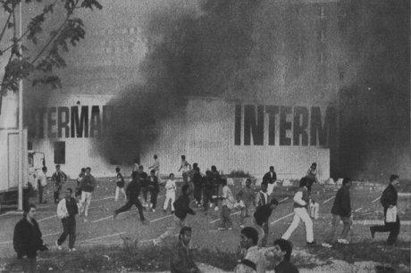 Une grande surface est incendiée lors des émeutes d'octobre 1990 à Vaulx-en-Velin. AFP